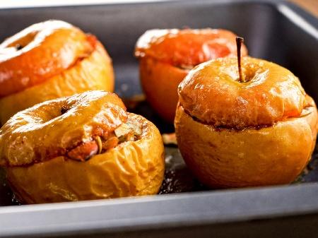 Печени ябълки с бадеми, стафиди и масло на фурна - снимка на рецептата